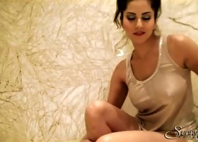 Palatable full of lust brunette Sunny Leone masturbates twat in the bathroom