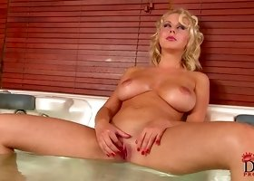 Curly hottie Mandy Dee shows off her cute bath