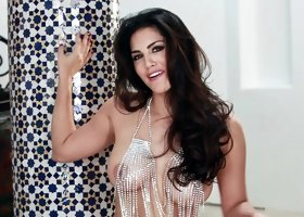 Sunny Leone shows off her amazing bogy while in high heels