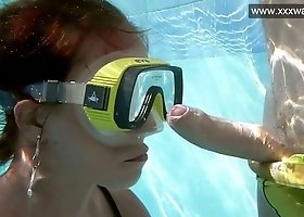 Amazing Hungarian diver Minnie Manga gives a good BJ underwater